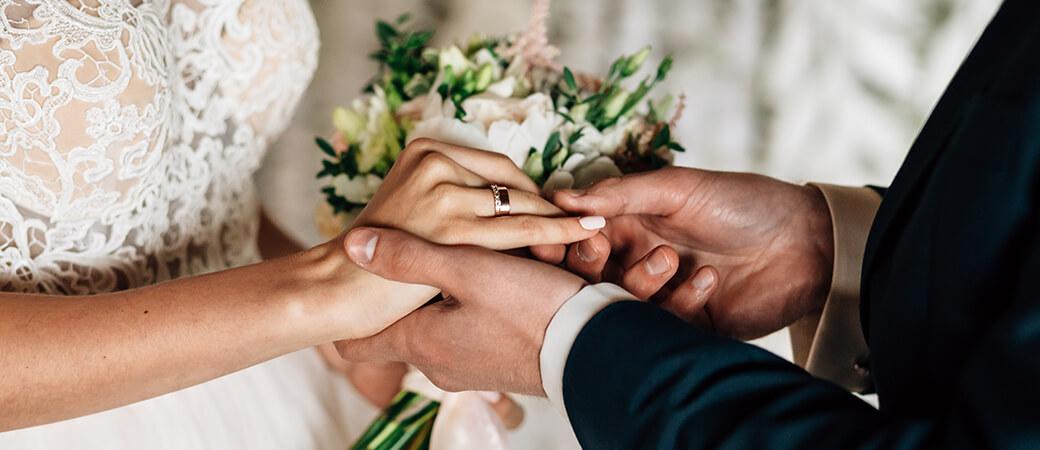 Braut erhält vom Bräutigam den Ring